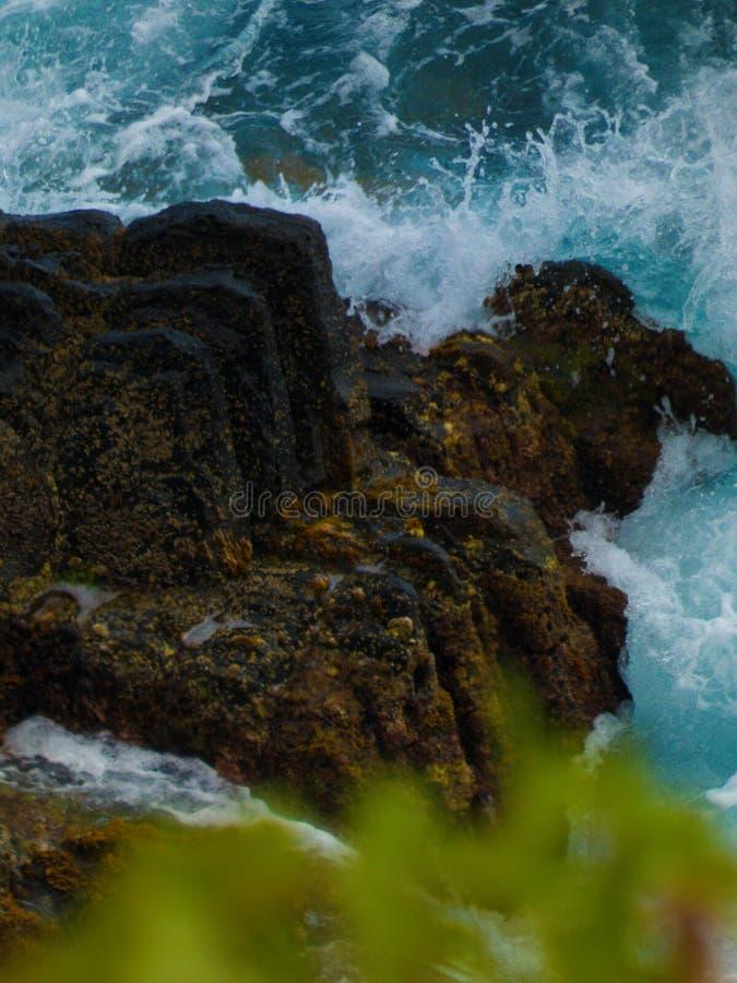 Vågor av havet på vaggar royaltyfria bilder