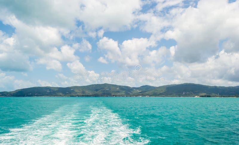 Vågor från ett skepp arkivbilder