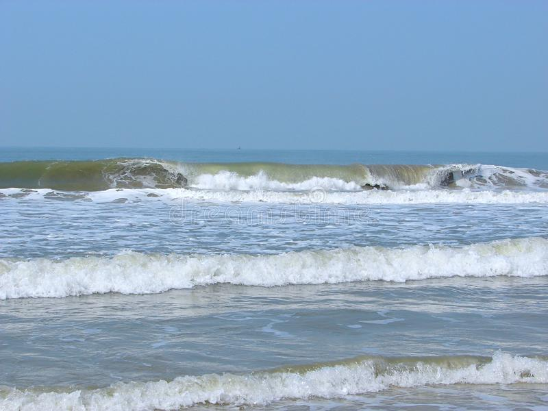 Vågor i havet med på en Serene Beach - en Payyambalam strand, Kannur, Kerala, Indien royaltyfri foto