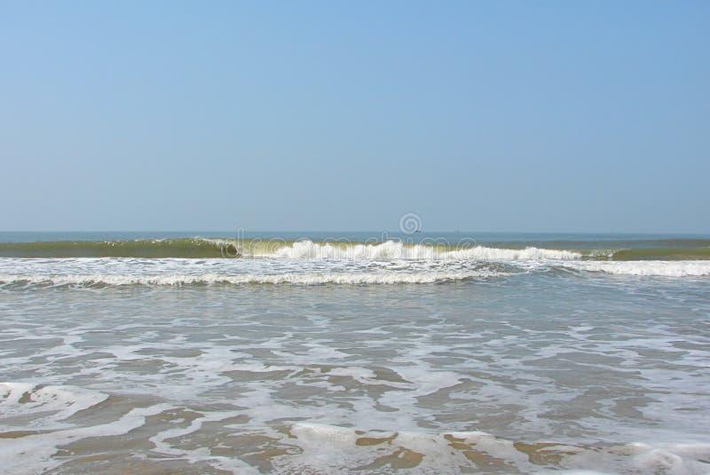 Vågor i havet med på en Serene Beach - en Payyambalam strand, Kannur, Kerala, Indien arkivfoto