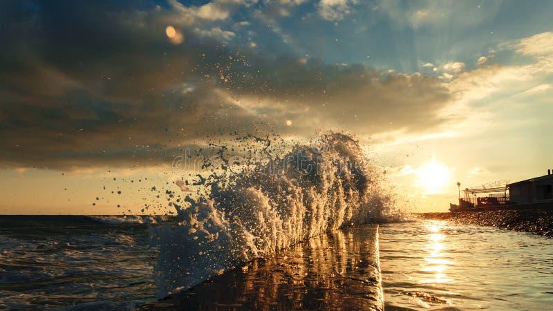 Vågor kraschar in i kusten och fortskrider vågbrytaren fotografering för bildbyråer