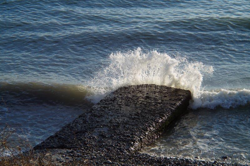 Vågor och bristningar, färgstänk och ilsken blick, solnedgångar och soluppgångar av Blacket Sea royaltyfri foto