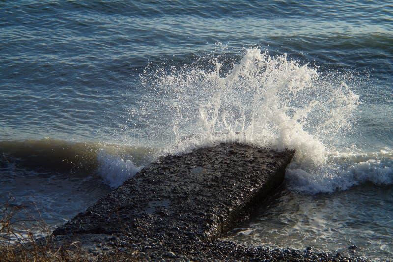 Vågor och bristningar, färgstänk och ilsken blick, solnedgångar och soluppgångar av Blacket Sea arkivbild