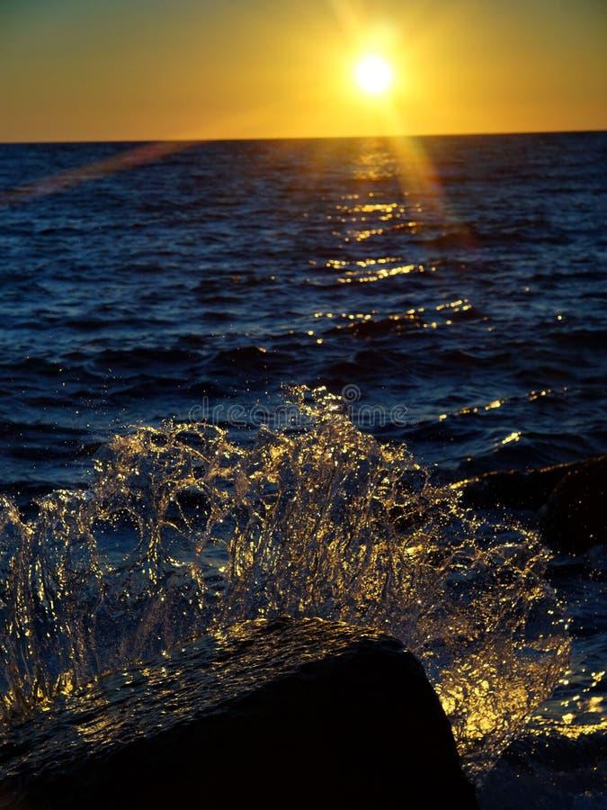 Vågor och bristningar, färgstänk och ilsken blick, solnedgångar och soluppgångar av Blacket Sea royaltyfria foton