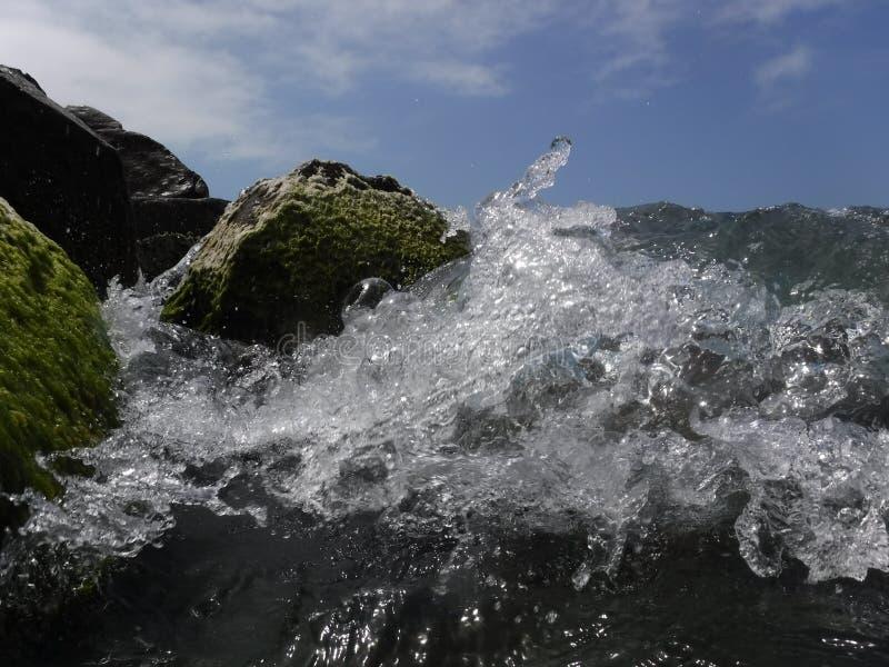 Vågor och bristningar, färgstänk och ilsken blick, solnedgångar och soluppgångar av Blacket Sea arkivbilder