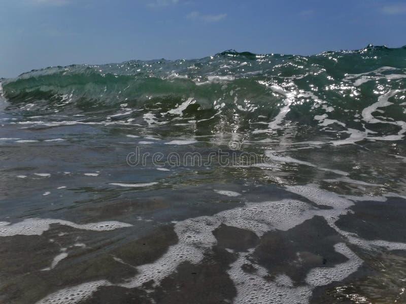 Vågor och bristningar, färgstänk och ilsken blick, solnedgångar och soluppgångar av Blacket Sea arkivfoton