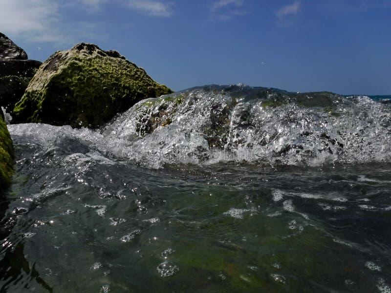 Vågor och bristningar, färgstänk och ilsken blick, solnedgångar och soluppgångar av Blacket Sea fotografering för bildbyråer
