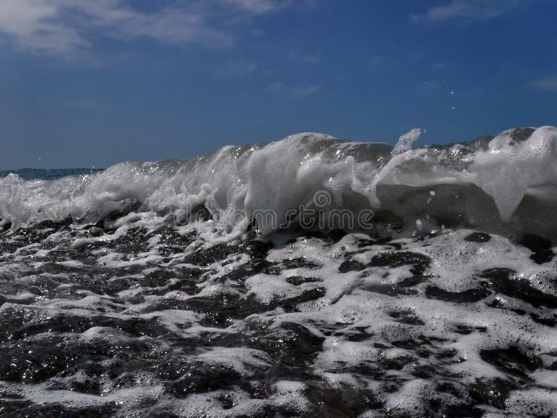 Vågor och bristningar, färgstänk och ilsken blick, solnedgångar och soluppgångar av Blacket Sea royaltyfri fotografi