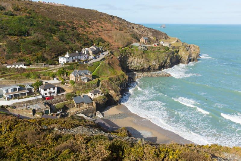 Vågor och cornisk strand av St Agnes North Cornwall England UK arkivfoton
