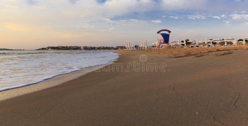 Vågor och skum i Sunny Beach lökformig royaltyfri bild
