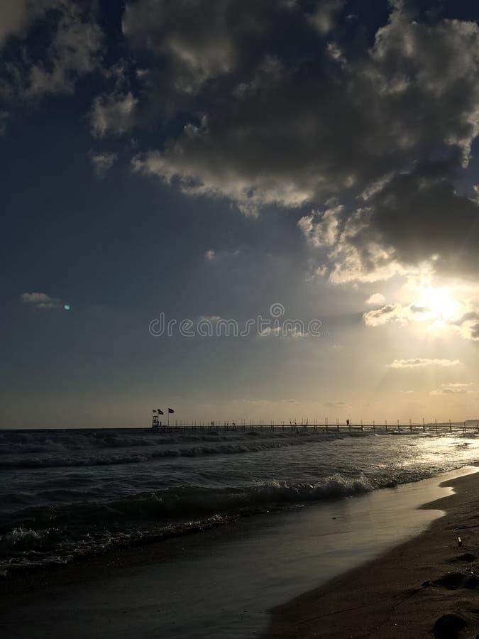 Vågor och strand arkivbilder