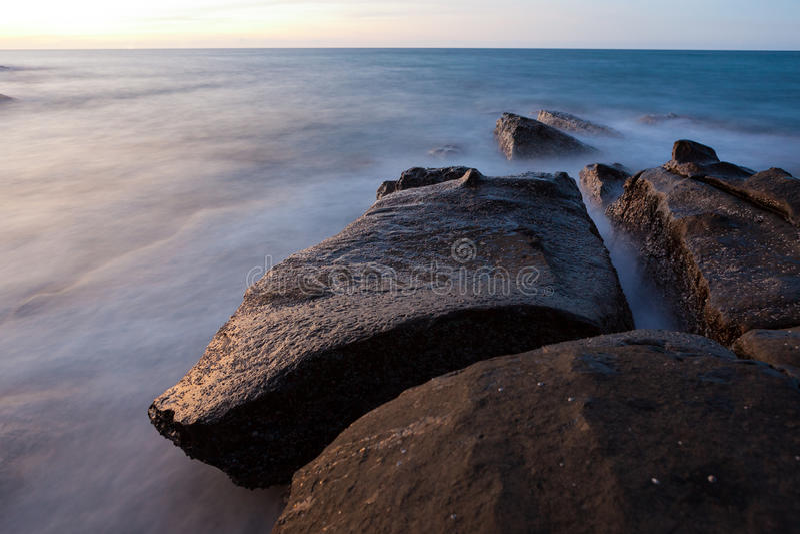 Vågor och vaggar lång exponering för kust royaltyfria bilder