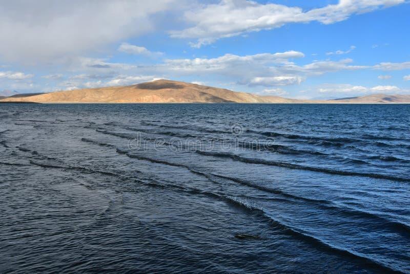 Vågor på den heliga Rakshas Tal sjön, västra Tibet, Kina Denna sjö också som är bekant som demon sjön, Ravana Tal eller Ravan Har arkivfoton
