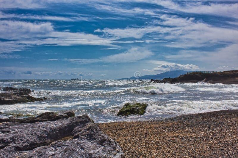 Vågor på stranden av ett mediateraneahav arkivbilder