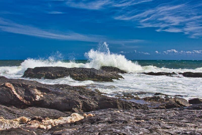 Vågor på stranden av ett mediateraneahav fotografering för bildbyråer