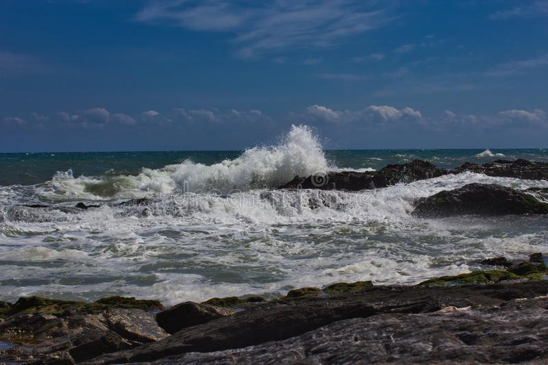 Vågor på stranden av ett mediateraneahav arkivbild