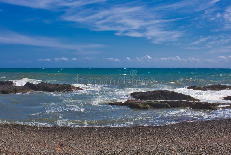 Vågor på stranden av ett mediateraneahav royaltyfri bild