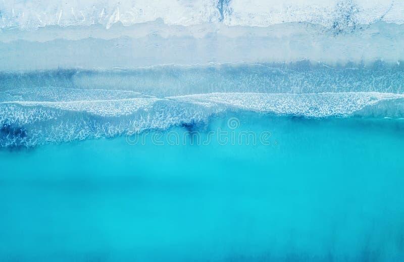 Vågor på stranden som en bakgrund från luft royaltyfri fotografi