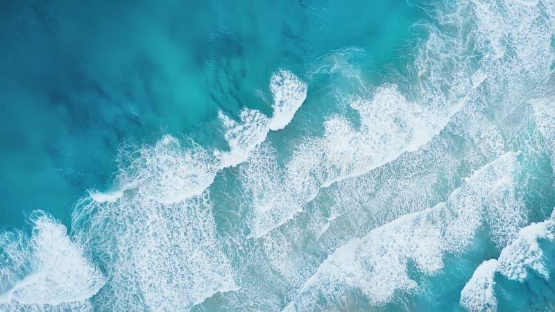 Vågor på stranden som en bakgrund från luft arkivfoton