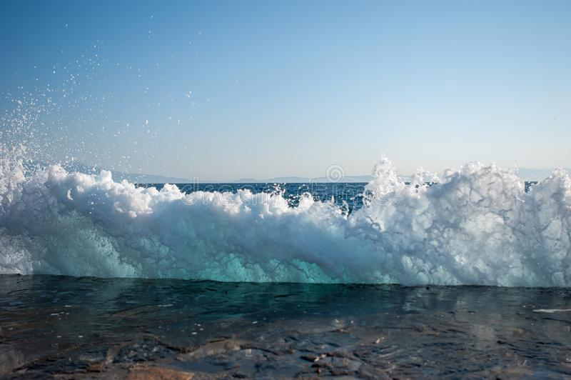 Vågor slogg den hårda yttersidan av konkreta tjock skiva arkivfoto