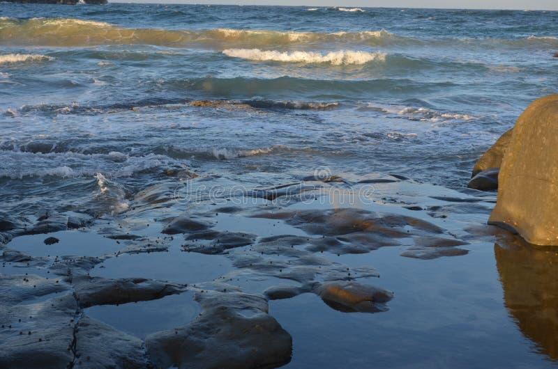 Vågor som över bryter, vaggar royaltyfri foto