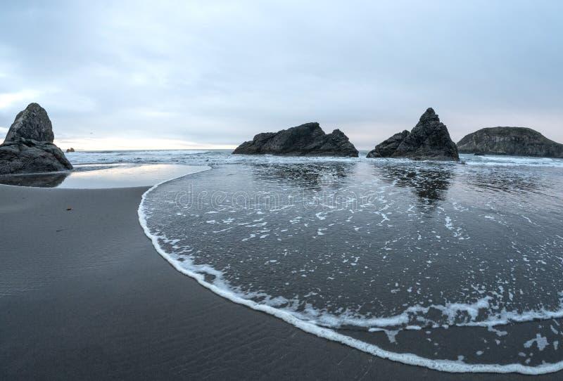 Vågor som att närma sig, Harris Beach arkivbild