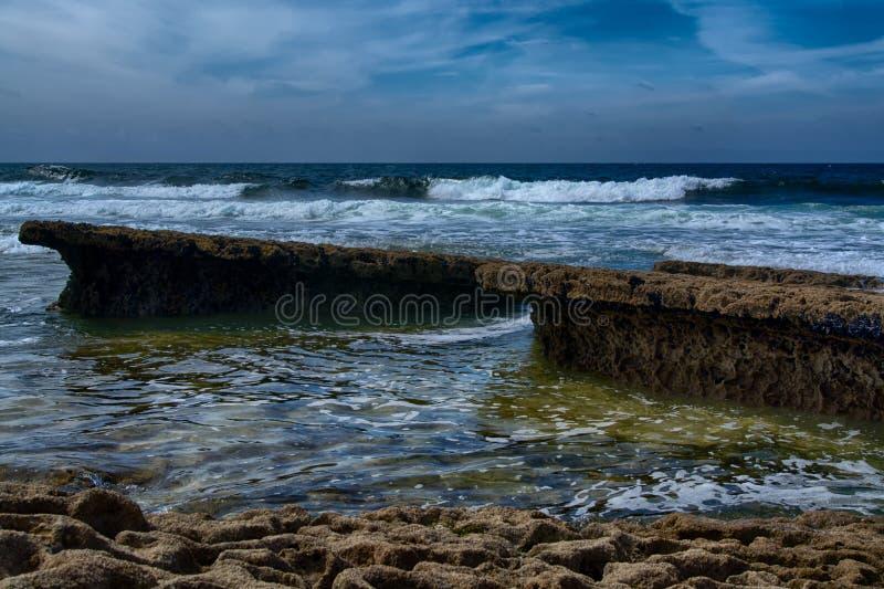 Vågor som bryter i kusten royaltyfri foto