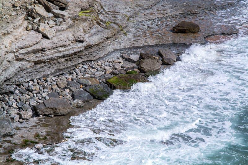 Vågor som bryter i kusten royaltyfria foton