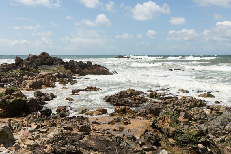 Vågor som bryter på den atlantiska kusten fotografering för bildbyråer