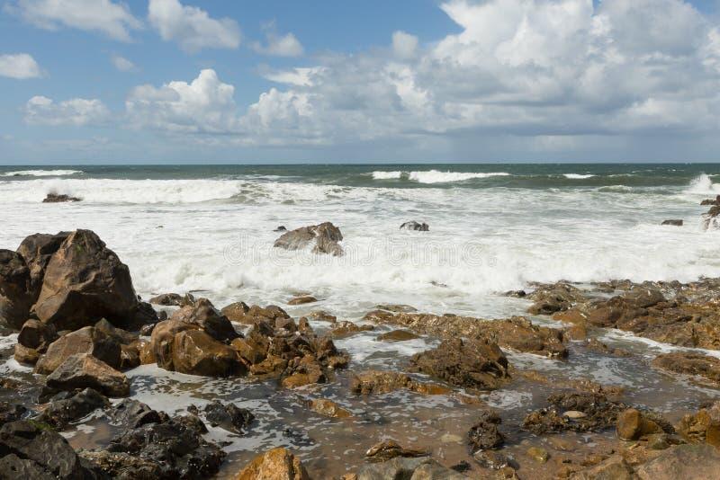 Vågor som bryter på den atlantiska kusten royaltyfria bilder