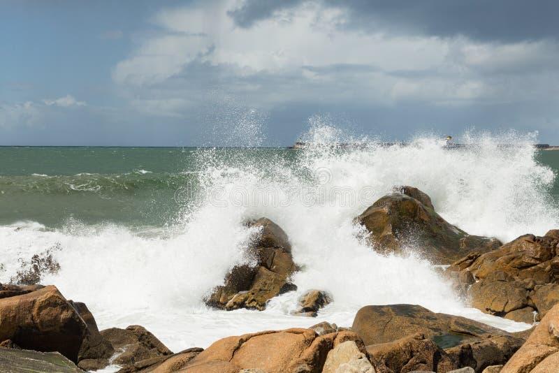 Vågor som bryter på den atlantiska kusten arkivfoto