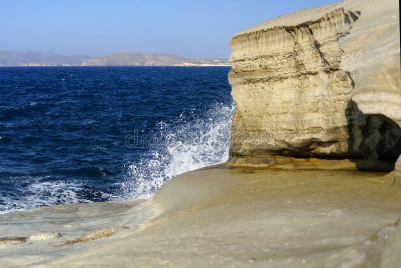 Vågor som bryter på den Sarakiniko stranden arkivfoton