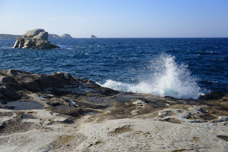 Vågor som bryter på den steniga stranden royaltyfria bilder