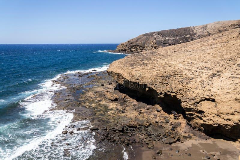 Vågor som bryter på dramatiska klippor längs södra kusten, Montana Pelada-berget, Teneriffa, Kanarieöarna, Spanien fotografering för bildbyråer