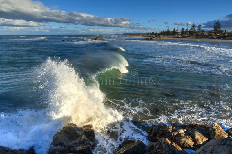 Vågor som bryter på kust-, vaggar, monteringen Maunganui, Nya Zeeland royaltyfria bilder