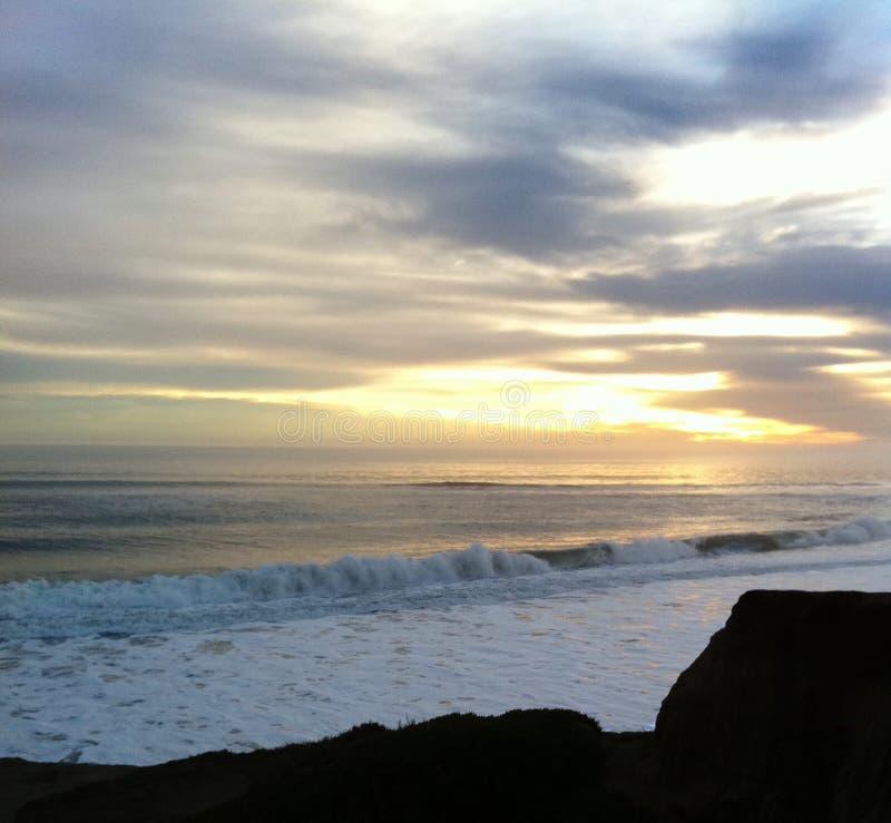 Vågor som bryter på It& x27; s-strand, Santa Cruz royaltyfri foto