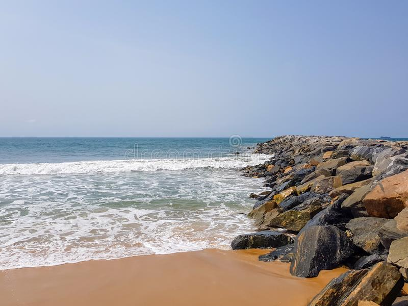 Vågor som bryter på, vaggar i en vågbrytare Marin- beskydd och skydd av shorelinen arkivfoto