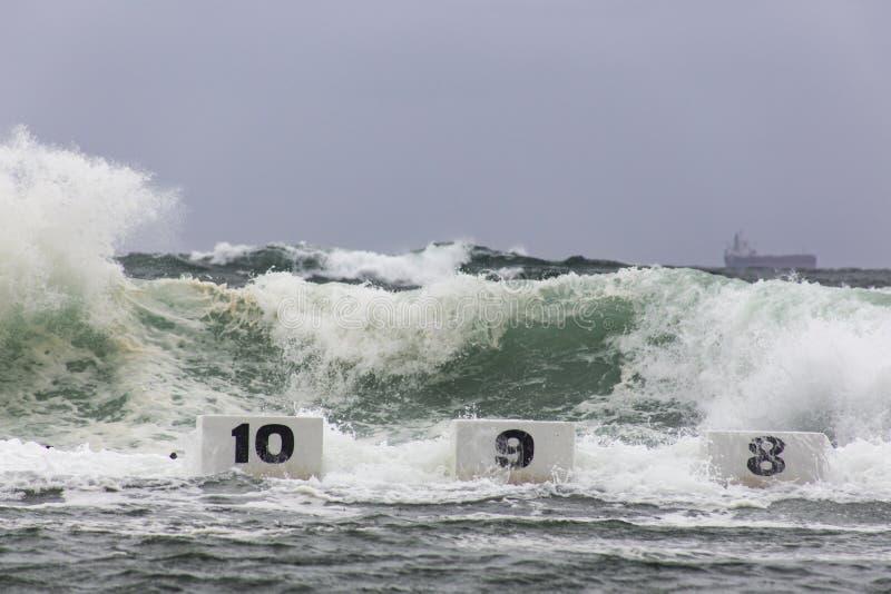 Vågor som kraschar över havbad arkivfoto