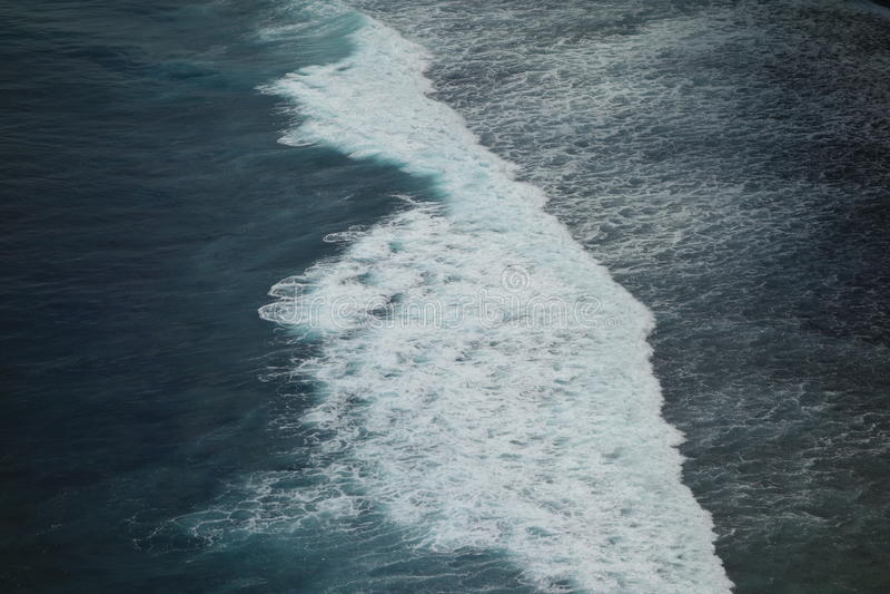 Vågor som kraschar på kullen royaltyfri bild