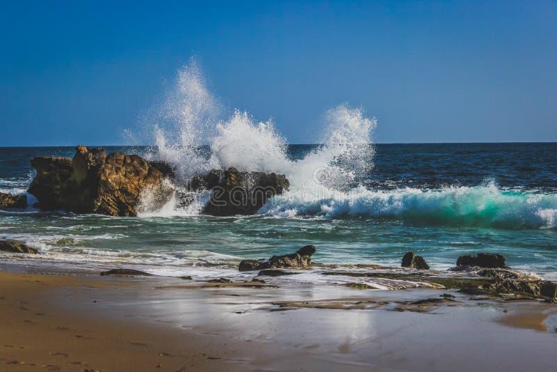 Vågor som kraschar på Laguna Beach fotografering för bildbyråer