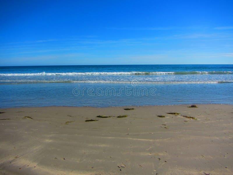 Vågor som onshore tvättar sig på en strand royaltyfri foto