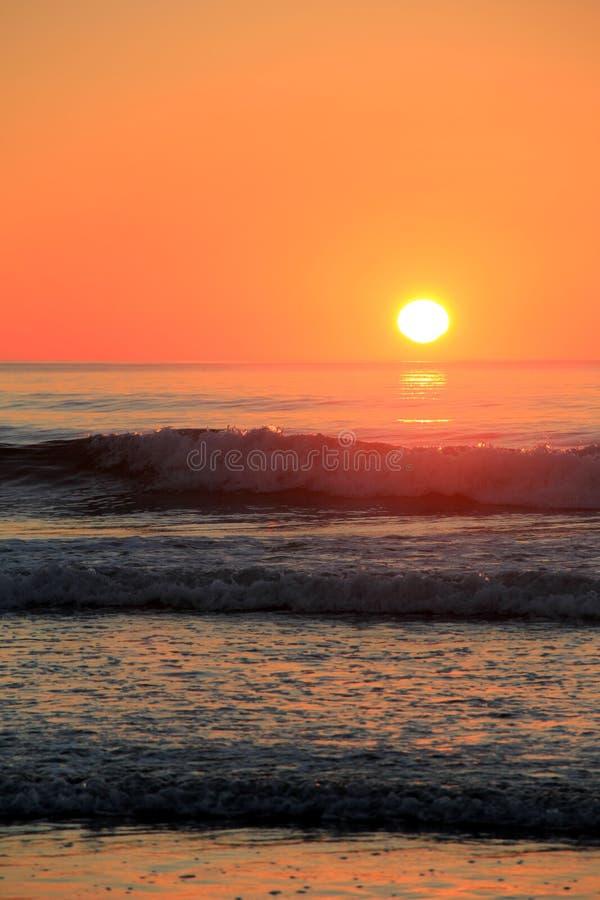 Vågor som rullar in på kusten i morgonsoluppgång royaltyfri bild
