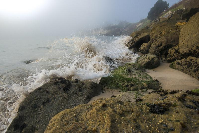 Vågor som slår den steniga kusten på den Kalifornien kusten royaltyfria foton