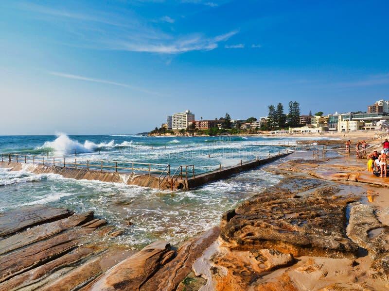 Vågor som tvättar sig över havpölen, Cronulla strand, Sydney, Australien royaltyfri fotografi