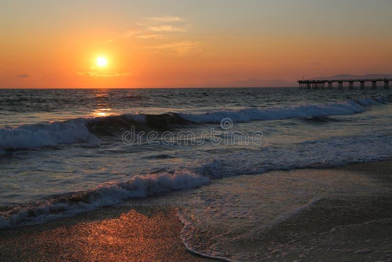 Vågor under solnedgång i den Hermosa stranden arkivfoto
