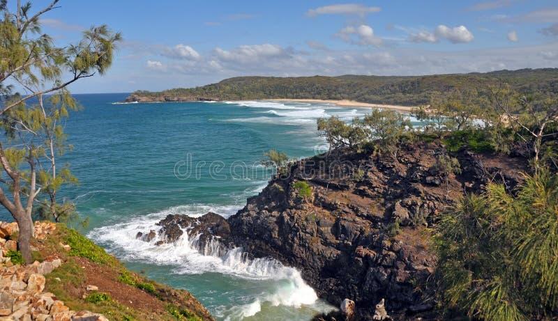 Vågor vaggar på i den Noosa nationalparken Queensland Australien arkivfoton