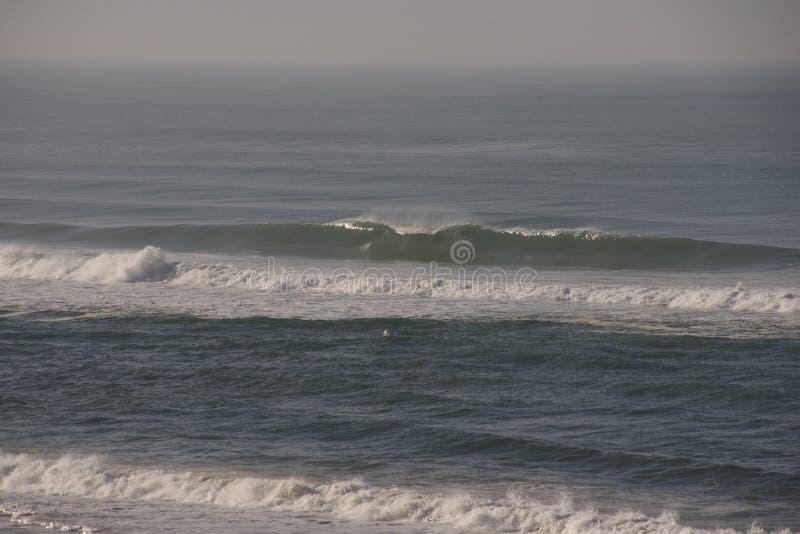 Vågorna av havet bryter royaltyfri fotografi