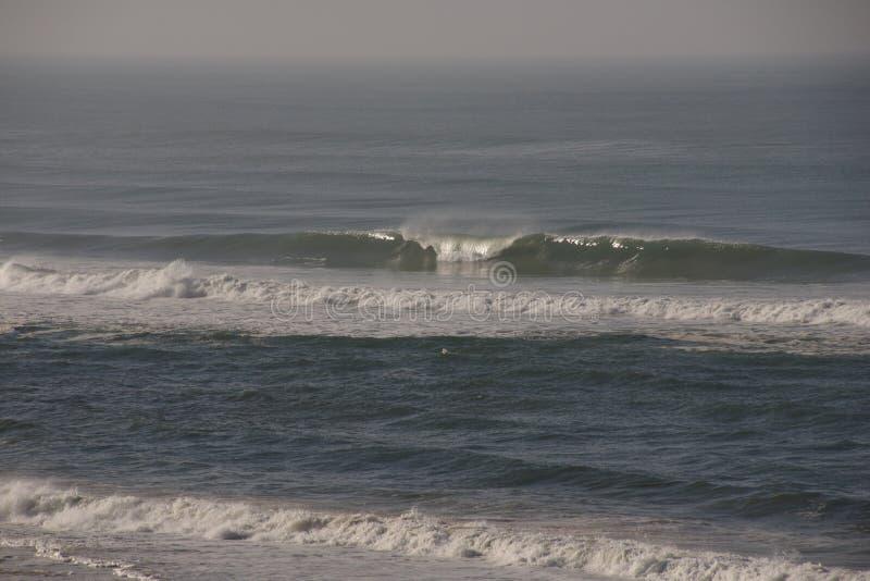 Vågorna av havet bryter fotografering för bildbyråer