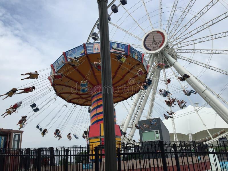 VågSwingerritt och Ferris Wheel, marinpir, Chicago, Illinois royaltyfria bilder