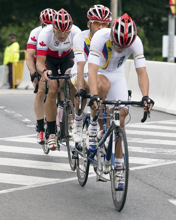 Våldsamma konkurrenter i tandemt cykellopp - ParaPan f.m. lekar - Toronto Augusti 8, 2015 royaltyfri fotografi